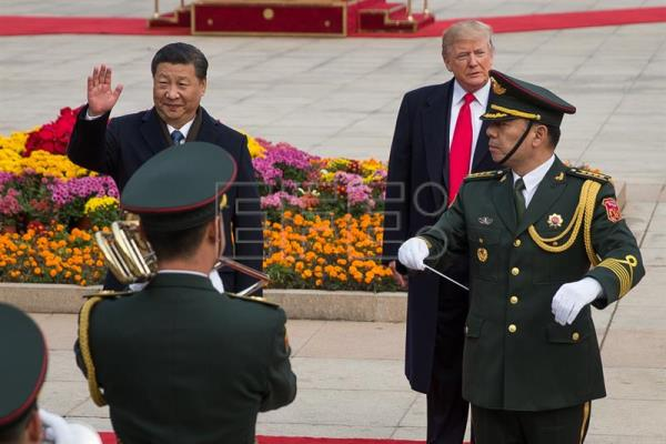 Foto de arquivo do Presidente da China, Xi Jinping (esq.), e do Presidente dos Estados Unidos, Donald Trump (dir.). EFE/ROMAN PILIPEY