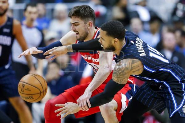 Tomas Satoransky (i), escolta checo de los Wizards, en acción contra D.J. Augustin (d), escolta de los Magic, este miércoles durante un partido de NBA entre Orlando Magic y Washington Wizards, en el Capital One Arena de la ciudad de Washington (EE.UU.). EFE