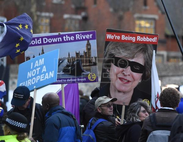 Brexit supporters protest outside the UK Parliament in London on Thursday, March 14. EFE-EPA/ Facundo Arrizabalaga