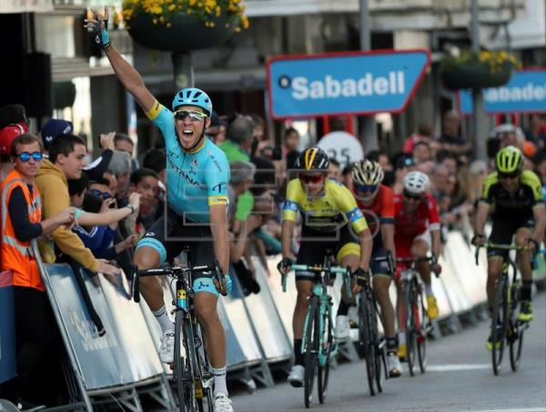 Spanish rider Omar Fraile (L) of Astana cycling team reacts after winning  the fifth c56015168
