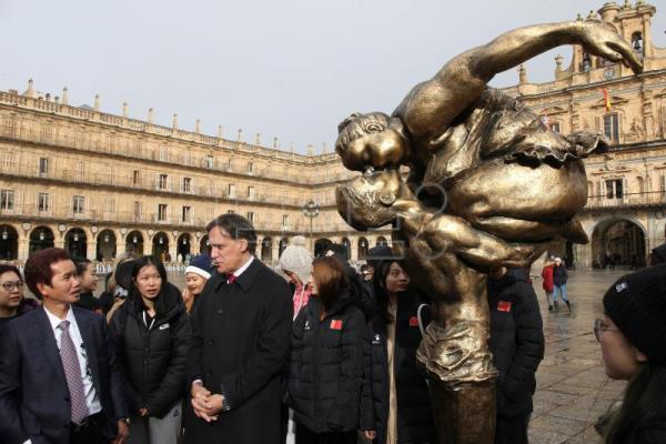 "Chinese artist Xu Hongfei exhibits ""Chubby Women"" sculptures in Spain"