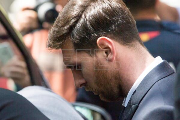 Archive image shows soccer star and FC Barcelona player Lionel Messi (R) and his father, Jorge Horacio Messi (L), at the Barcelona court during the third day of hearings of the Messi's tax fraud case, June 6, 2016. EFE/Alberto Estévez