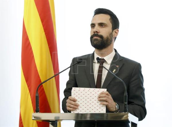 El presidente de la cámara catalana, Roger Torrent, durante su comparecencia en el despacho de audiencias del Parlament. EFE