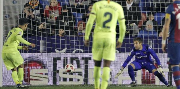 FC Barcelona's Philippe Coutinho (L) converts a penalty against Levante during the 1st leg of a Copa del Rey knockout stage tie in Valencia, Spain, on Thursday, Jan. 10. EFE-EPA/Manuel Bruque
