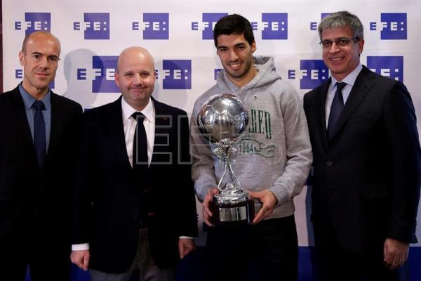 FC Barcelona's Uruguayan forward Luis Suarez (2-R) poses with his EFE Award to the Best Latin American player in 2015 next to the Spanish international news agency EFE's Sports Director, Luis Villarejo (2-L), and FC Barcelona's Sports Deputy President Jordi Mestre (R) during a ceremony held at the FC Barcelona sports city in Barcelona, northeastern Spain, 29 February 2016. EFE/Alberto Estevez