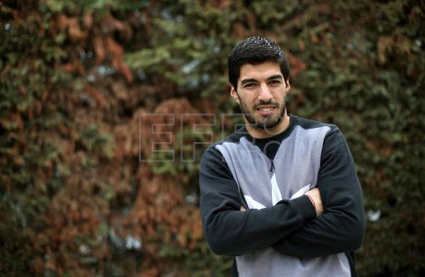 Uruguayan forward of FC Barcelona Luis Suarez poses for photographers during an interview with Spanish international news agency EFE on the occassion of his election as the winner of the EFE Award to the Best Latin American player in 2015, in Barcelona, northeastern Spain, 29 February 2016. EFE/Toni Albir