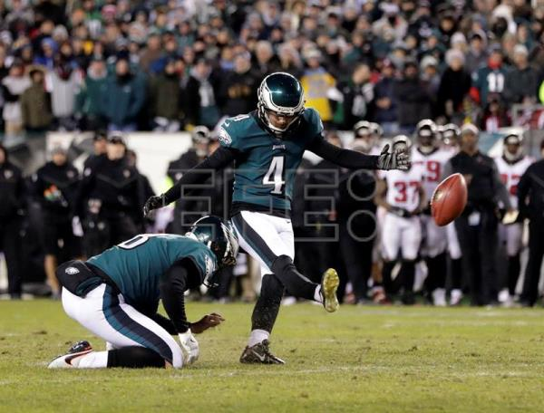 Philadelphia Eagles Kicker Jake Elliott (C) kicks a 21 yard field goal against the Atlanta Falcons during the fourth quarter in the NFC Divisional Playoff game at Lincoln Financial Field in Philadelphia, Pennsylvania, USA, 13 January 2018. (Filadelfia, Estados Unidos) EFE