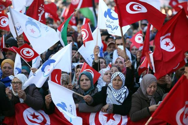 Tunisian people wave national flags during a celebration to mark the seventh anniversary of the uprising that ousted president Zine El Abidine Ben Ali, at the Avenue Habib Bourguiba in Tunis, Tunisia, 14 January 2018. EFE