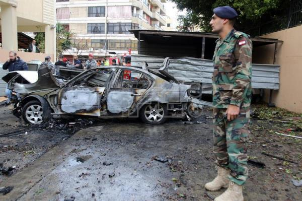 Lebanese army soldiers and policemen inspect the site of car bombing that reportedly targeted a Hamas official, in Sidon, Lebanon, 14 January 2018. EFE