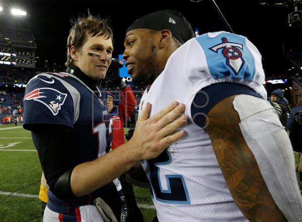 New England Patriots quarterback Tom Brady (L) and Tennessee Titans running back Derrick Henry (R) talk after the Patriots defeated the Titans in the AFC Divisional Playoff game at Gillette Stadium in Foxborough, Massachusetts, USA, 13 January 2018. (Disturbios, Estados Unidos) EFE