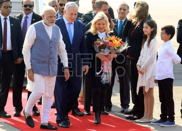 Israeli Prime Minister Benjamin Netanyahu (C) and his wife Sarah (C-R) are welcomed by Indian Prime Minister Narendra Modi (C-L) upon their arrival at the Airport in New Delhi, India, 14 January 2018. EFE