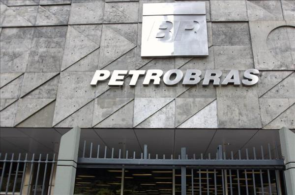 A photo of the entrance to the headquarters of Brazilian state-controlled oil giant Petrobras in Rio de Janeiro. Brazil's Supreme Court on Friday cleared the way for prosecutors to investigate the heads of the country's two houses of Congress and 45 other politicians, including 34 legislators and three former Cabinet ministers, for their alleged role in a corruption scandal centered on Petrobras. EFE/File