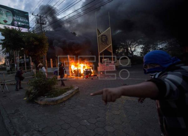 A vehicle burns at the Caruna Savings and Credit Cooperative headquarters during protests in Managua, Nicaragua, May 30, 2018. EFE- EPA (FILE) /JORGE TORRES