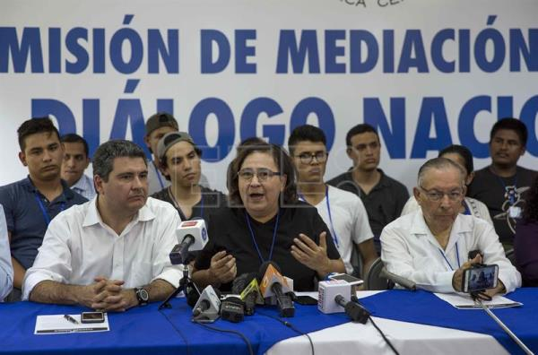 Activist and human rights defender Azalea Solis (c) speaks with the head of Nicaragua's FUNIDES foundation, Juan Sebastian Chamorro (l) and former Nicaraguan envoy to Washington Carlos Tünnermann at a press conference in Managua on June 18, 2018, to discuss the suspension of the dialogue with the government. EFE-EPA/Jorge Torres