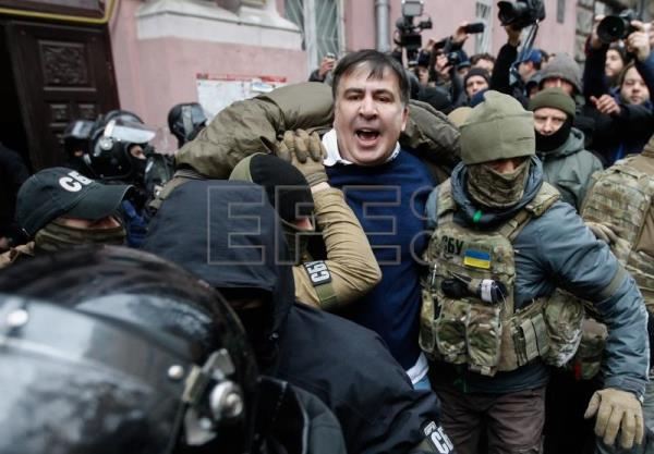 Ukrainian Security Service officers arrest the former Georgian president and ex-Odessa Governor Mikheil Saakashvili (C) in downtown Kiev, Ukraine, Dec. 5, 2017. EPA-EFE/STEPAN FRANKO