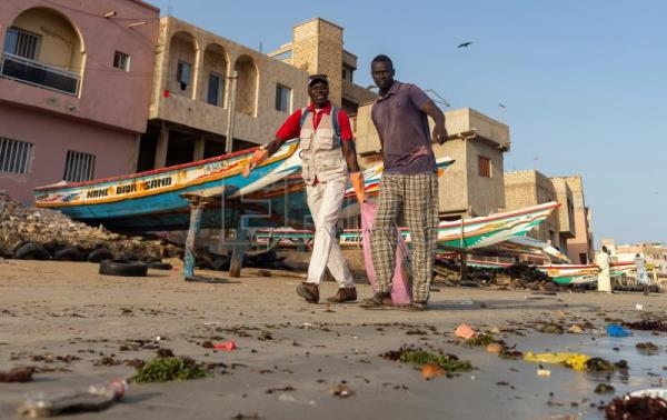 The volunteers tackling plastic, trash build-up on Senegalese shores