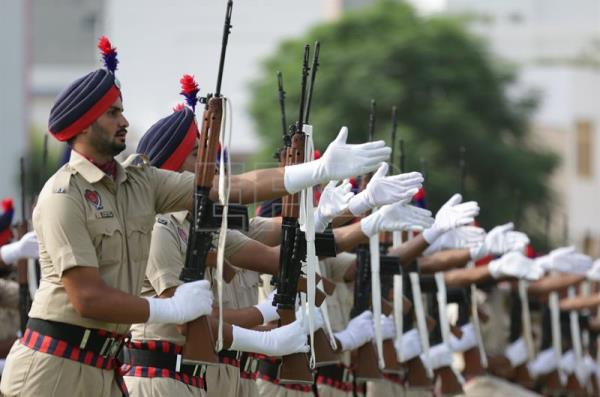 Punjab police men perform as they take part in the full and final dress rehearsal for India's Independence Day parade and celebrations in Amritsar, India, 13 August 2017. EFE