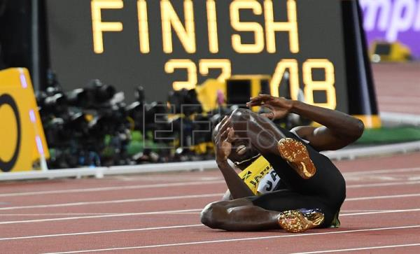 Jamaica's Usain Bolt falls to the track after sustaining an injury during the men's 4x100m Relay final at the London 2017 IAAF World Championships in London. EFE