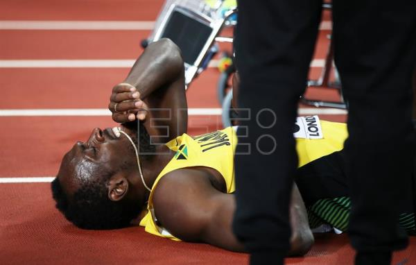 epa06141283 Jamaica's Usain Bolt lies on the track after sustaining an injury during the men's 4x100m relay final at the London 2017 IAAF World Championships in London, United Kingdom, 12 August 2017. EPA/DIEGO AZUBEL