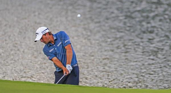 Kevin Kisner of the US hits to the sixteenth green after hitting into the water by the fairway and taking a droip during the third round of the 99th PGA Championship golf tournament at Quail Hollow Club in Charlotte, North Carolina.EFE