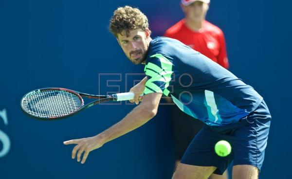 epa06141139 Robin Haase of the Netherlands in action against Roger Federer of Switzerland during the ATP Rogers Cup men's semi final in Montreal, Canada, 12 August 2017. EPA/ANDRE PICHETTE