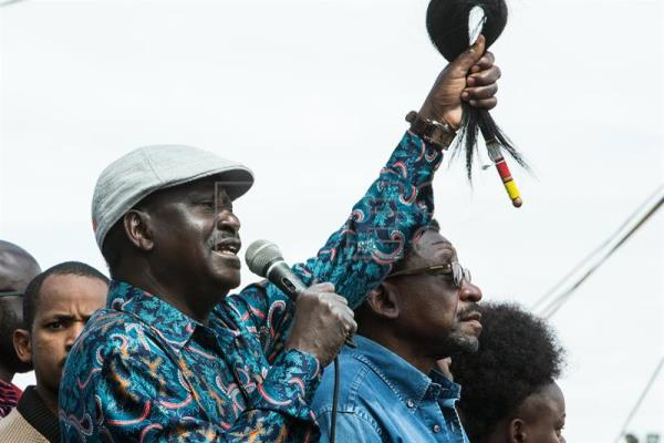 Opposition Leader Raila Odinga (L) prepares to address crowds of his supporters in Kibera, in his first address since his election defeat to incumbent President Uhuru Kenyatta on 13 August 2017. EFE