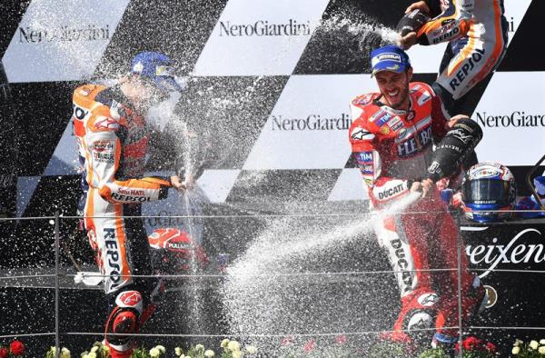 Italian MotoGP rider Andrea Dovizioso (R) of the Ducati Team celebrates his victory with second placed Spaniard Marc Marquez of Repsol Honda Team in the Motorcycling Grand Prix of Austria at the Spielberg Ring in Spielberg, Austria, 13 August 2017. EFE