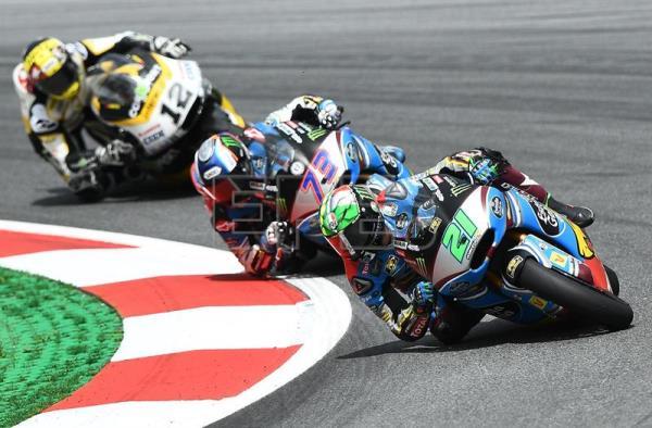 Italian Moto2 rider Franco Morbidelli of the EG 0,0 Marc VDS team (R) leads in front of Spaniard Alex Marquez of EG 0,0 Marc VDS Team (C) and Swiss Thomas Luthi of CarXpert Interwetten Teamin action during the Motorcycling Grand Prix of Austria at the Spielberg Ring in Spielberg, Austria, 13 May 2017. EFE