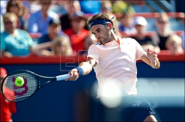epa06141143 Roger Federer of Switzerland in action against Robin Haase of the Netherlands during the ATP Rogers Cup men's semi final in Montreal, Canada, 12 August 2017. EPA/ANDRE PICHETTE