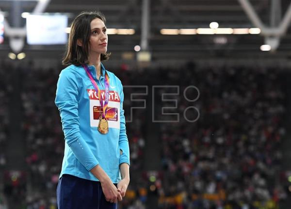 Gold medalist Maria Lasitskene of Russia poses during the awarding ceremony of the women's High Jump at the London 2017 IAAF World Championships in London. EFE