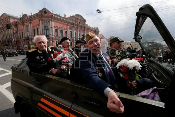 World War II veterans drive along the Nevsky prospect in central St. Petersburg, Russia, May 9, 2017.  EPA/ANATOLY MALTSEV