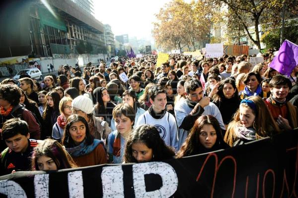 Tens of thousands of Chilean women take to streets to demand rights