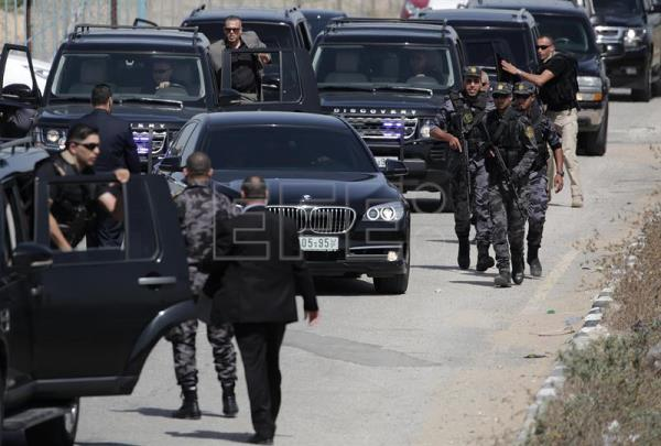 Palestinian Hamas security personnel surround the vehicle carrying Prime Minister Rami Hamadallah on his way to the Palestinian side of Beit Hanun border crossing in the northern Gaza Strip, 02 October. EFE/Archivo