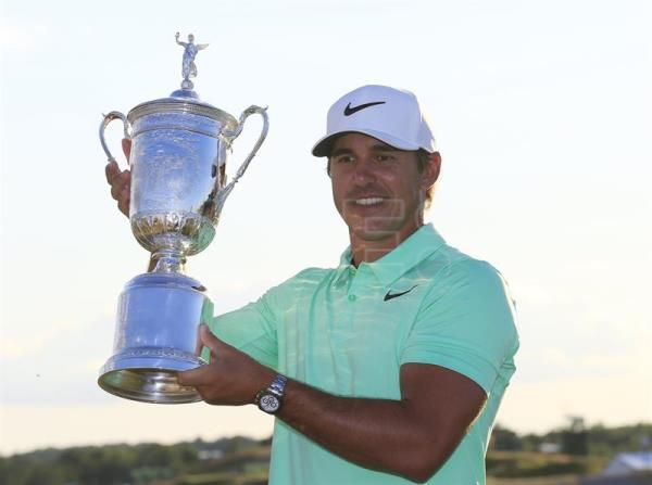 Brooks Koepka of the US celebrates with the trophy after winning the 117th US Open Championship at Erin Hills in Hartford, Wisconsin, USA, 18 June 2017.  EPA/TANNEN MAURY