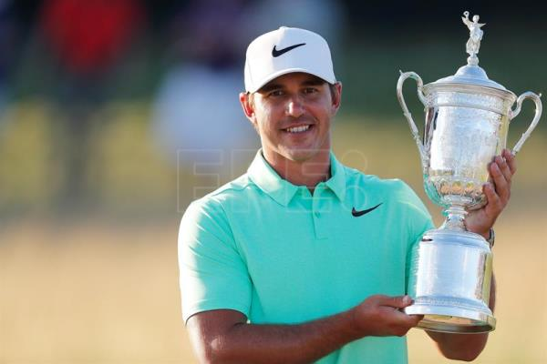 Brooks Koepka of the US celebrates with the trophy after winning the 117th US Open Championship at Erin Hills in Hartford, Wisconsin, USA, yesterday. EFE