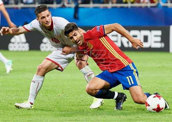 Spain's Marco Asensio (R) in action against David Babunski (L) of Macedonia during the UEFA European Under-21 Soccer Championship group B match between Spain and Macedonia in Gdynia, Poland, 17 June 2017. (España, Polonia) EFE/EPA