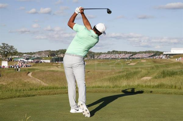 Brooks Koepka of the US hits his tee shot on the eighteenth hole during the final round at the 117th US Open Championship at Erin Hills in Hartford, Wisconsin, USA, 18 June 2017.  EPA/ERIK S. LESSER