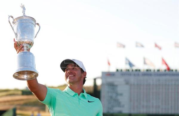 Brooks Koepka of the US celebrates with the trophy after winning the 117th US Open Championship at Erin Hills in Hartford, Wisconsin, USA, 18 June 2017.  EPA/ERIK S. LESSER