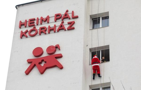 Santa Claus vists children's hospital in Budapest
