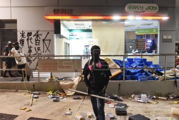 Hong Kong wakes up to 4th consecutive day of tear gas, road blocks
