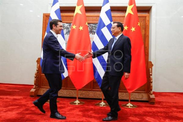 Chinese Premier Li Keqiang (R) meets Greek Prime Minister Alexis Tsipras (L) at the Great Hall of the People in Beijing, China, 13 May 2017. EFE