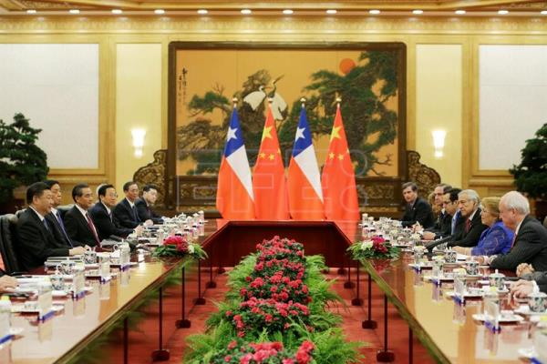 Chilean President Michelle Bachelet (2-R) meets Chinese President Xi Jinping (L) ahead of the Belt and Road Forum in Beijing, China, 13 May 2017. EFE