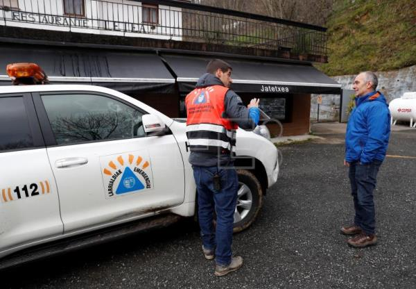 The mayor of Errezil, Severo M. Agirretxe (r), talks with the emergency technician for the Basque regional government, Iñaki López Etxezarreta at the foot of Mount Hernio in Errezil, Basque Country, northern Spain, Jan. 10, 2019. EFE