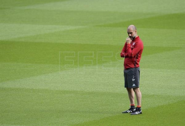 Bayern Munich coach Pep Guardiola, during a training session at Olympia stadium in Berlin, Germany on May 20, 2016. EFE