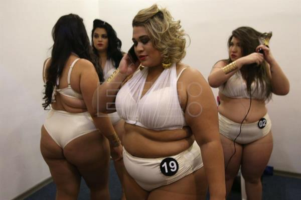 Extra-Large Size Women Compete For Beauty Crown In Rio De -8098