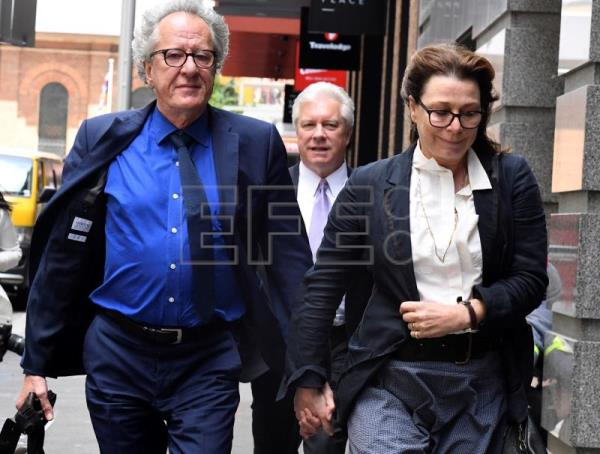 Australian actor Geoffrey Rush (L) and his wife Jane Menelaus leave the Federal Court in Sydney, Australia, Nov. 9, 2018. Rush is suing Nationwide News for defamation. EPA-EFE/Peter Rae