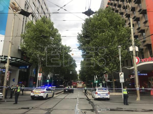 Police respond to an incident at the intersection of Bourke Street and Swanston Street in Melbourne, Australia, Nov. 9, 2018. EPA-EFE/BENITA KOLOVOS AUSTRALIA AND NEW ZEALAND OUT