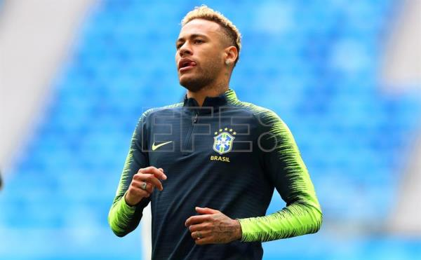 Brazil's Neymar attends his team's training session in St.Petersburg, Russia, 21 June 2018. Brazil will face Costa Rica in their FIFA World Cup 2018 Group E preliminary round soccer match on 22 June 2018. EFE