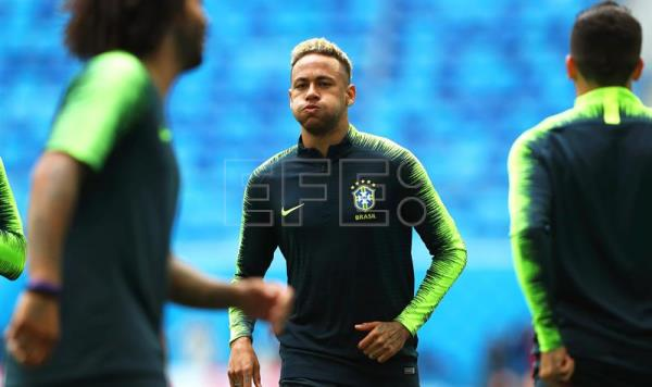 Brazil's Neymar (C) attends his team's training session in St.Petersburg, Russia, 21 June 2018. Brazil will face Costa Rica in their FIFA World Cup 2018 Group E preliminary round soccer match on 22 June 2018. EFE