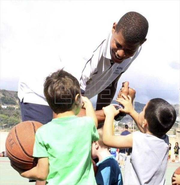 Photo provided by the C.B. Gran Canaria shows Cape Verdean center Walter Tavares participates  in a summer basketball campus in Las Palmas, Spain on June 26, 2015. EFE
